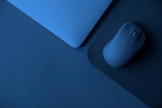 Ratón de computadora con notebook y mouse pad