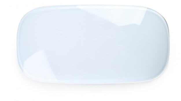 Ratón inalámbrico aislado sobre fondo blanco.