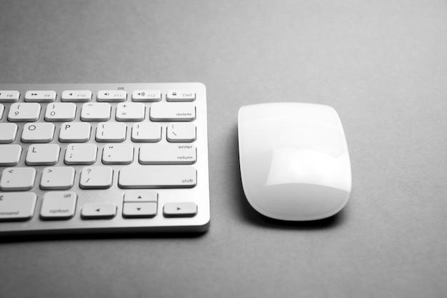 Ratón y teclado de computadora modernos y blancos