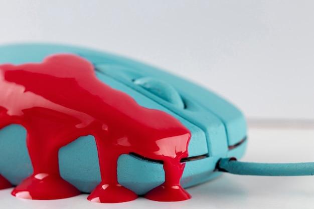 Ratón turquesa con pintura que gotea