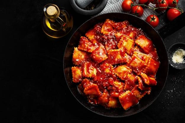 Ravioles italianos recién cocinados con salsa