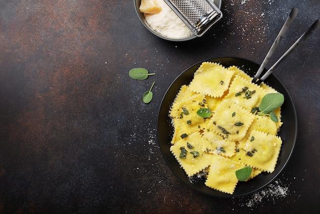 Ravioles italianos tradicionales con mantequilla, salvia y queso