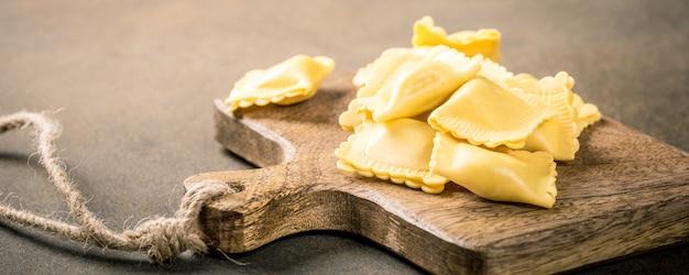 Ravioli de pasta cuadrada rellena casera