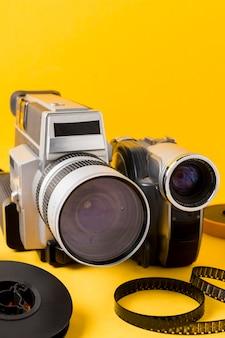 Raya de película y cámara de videocámara sobre fondo amarillo.