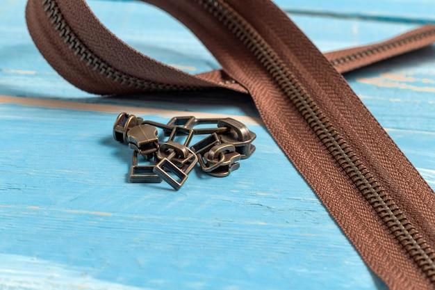 Rayas de cremalleras de latón de metal negro y marrón con deslizadores para artesanías en cuero hechas a mano