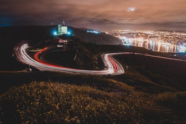 Rayas de luz de vehículos en la calle en la distancia