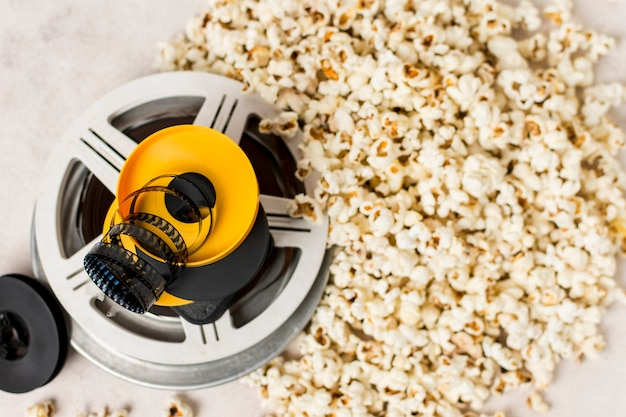 Rayas de la película sobre los rollos de película cerca de las palomitas de maíz