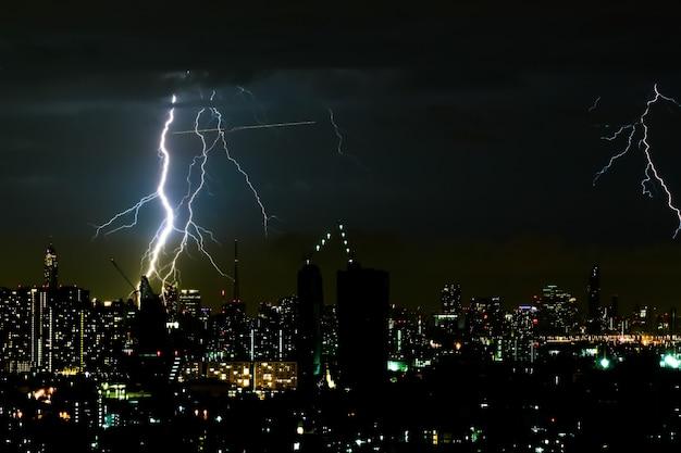 Rayo de iluminación en la ciudad de noche