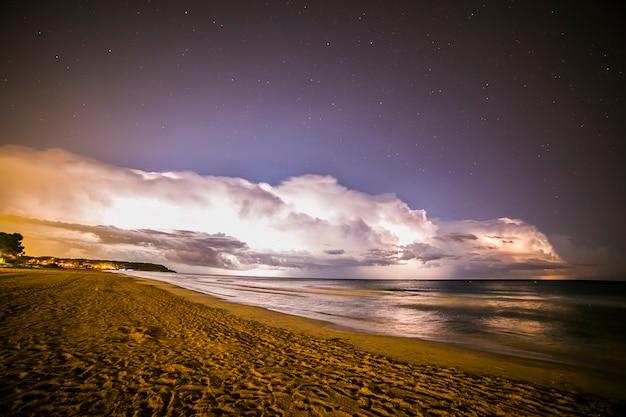 Rayo en la playa platja llarga, tarragona, españa