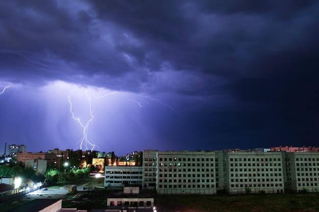 Rayo sobre la casa. tormenta afuera.
