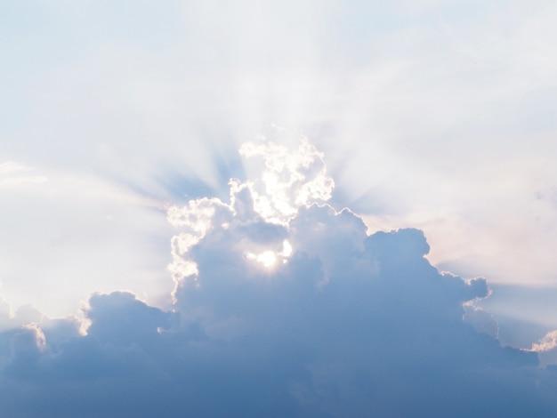 Rayo de sol detrás de las nubes