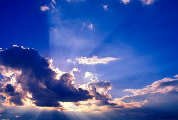 Rayos de sol desde atrás de la nube