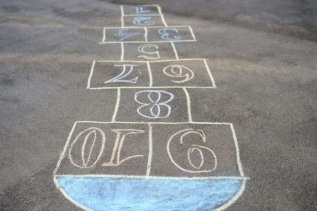 Rayuela pintada con tiza sobre asfalto