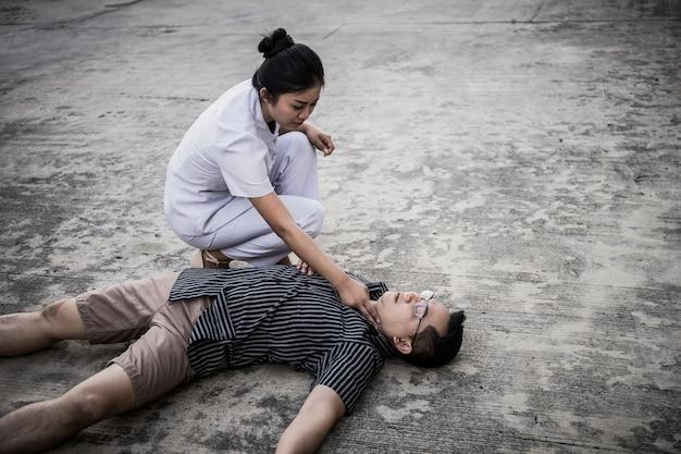 Rcp de emergencia en un hombre, la enfermera intenta procesar la reanimación (primeros auxilios)