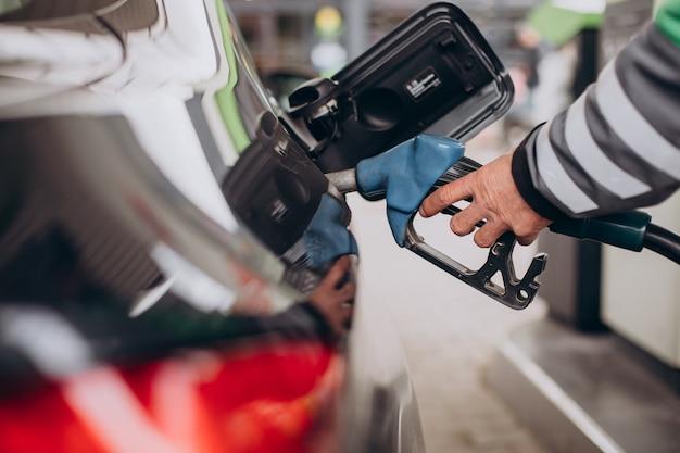 Reabastecimiento de combustible en la estación de combustible