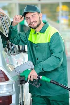 El reabastecimiento robótico abastece de combustible el automóvil con gasolina.