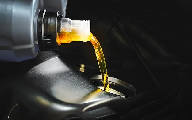 Reabastecimiento y vertido de aceite de calidad en el motor transmisión y mantenimiento del automóvil