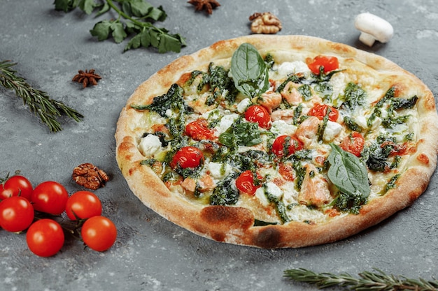 Real deliciosa pizza italiana con salmón y queso.