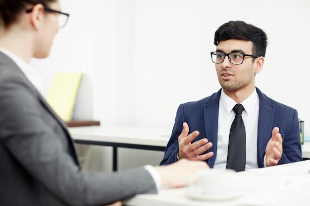 Realización de negociaciones en la sala de juntas