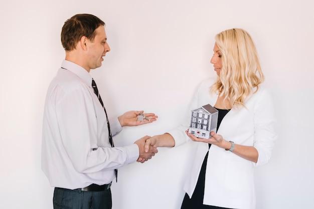 Realtor y cliente haciendo trato