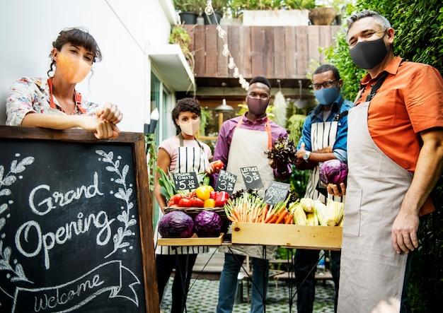 Reapertura de restaurante después de la pandemia nueva normalidad con verduras orgánicas