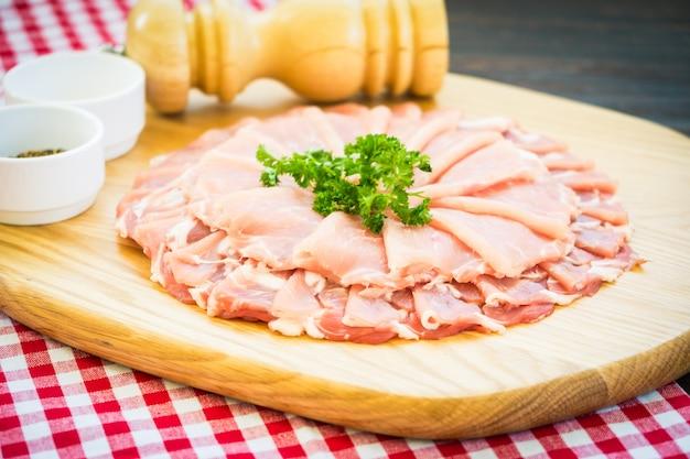 Rebanada de carne de cerdo cruda