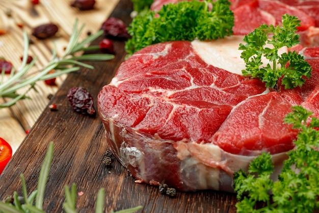 Rebanada de carne cruda para asar con condimento