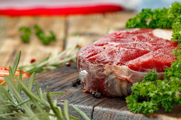 Rebanada de carne cruda para grill con condimento