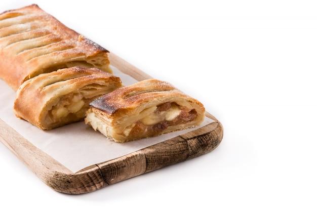 Rebanada casera tradicional del milhojas de manzana aislada en el fondo blanco.