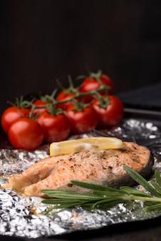 Rebanada de corte exótico de mariscos salmón y tomates