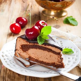 Rebanada de delicioso pastel de mousse de chocolate