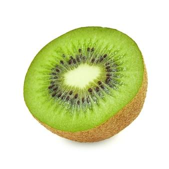 Rebanada de fruta de kiwi jugosa y sana fresca, aislada en el fondo blanco