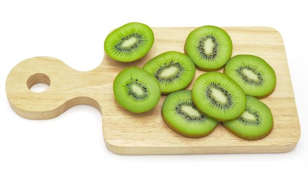 Rebanada de fruta de kiwi jugosa y sana fresca en la tajadera de madera, aislada en el ba blanco