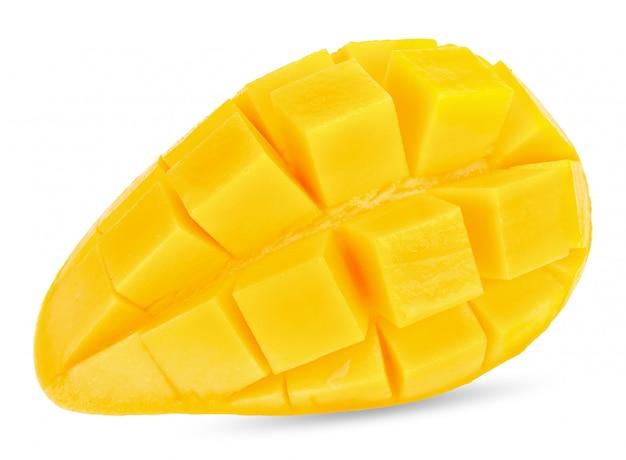 Rebanada de mango aislado en el trazado de recorte blanco