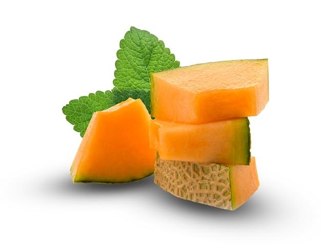 Rebanada de melones japoneses, melón naranja o melón cantalupo con semillas aisladas sobre fondo blanco.