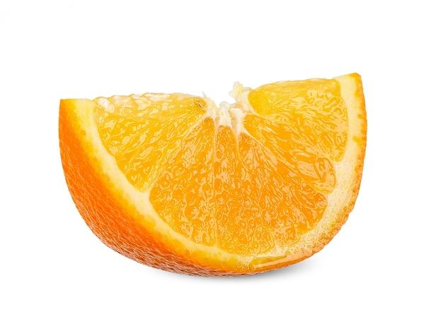 Rebanada de naranja aislado en el trazado de recorte blanco