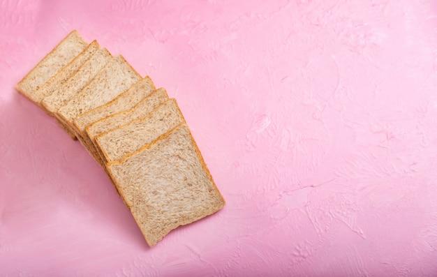 Rebanada de pan aislado sobre fondo de color