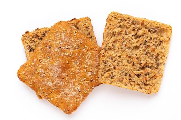Rebanada de pan de centeno sobre un fondo blanco. endecha plana.