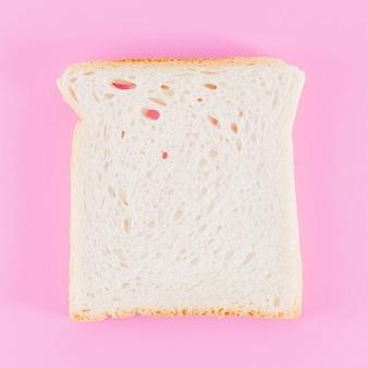Rebanada de pan con fondo de color