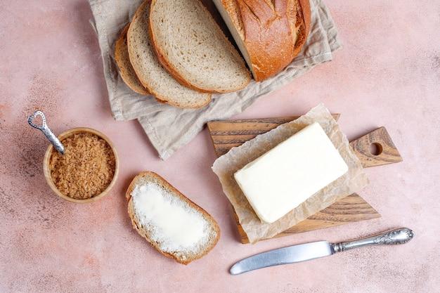 Una rebanada de pan con mantequilla.
