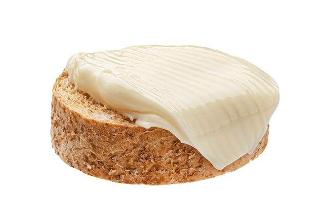 Rebanada de pan con queso crema aislado sobre fondo blanco.