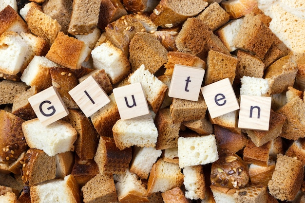 Rebanada de pan rusk con concepto de texto sin gluten
