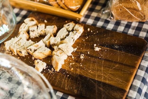Rebanada de pan en la tabla de cortar en el puesto del mercado