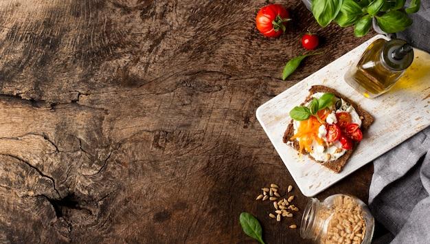 Rebanada de pan tostado con espacio de copia de tomates cherry