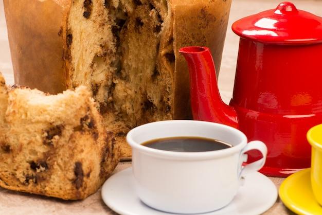 Rebanada de panettone con una taza de café