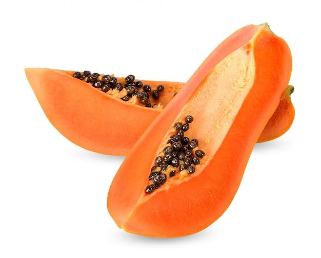 Rebanada de papaya aislada en el trazado de recorte blanco