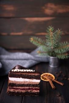 Rebanada de pastel con canela y granos de café.