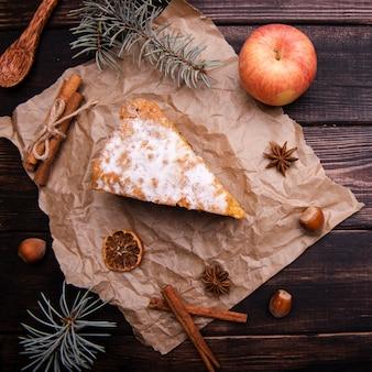 Rebanada de pastel con canela y manzana