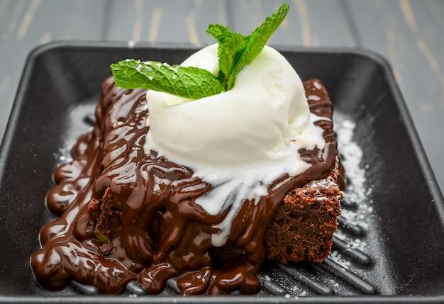 Una rebanada de pastel de chocolate y helado de vainilla