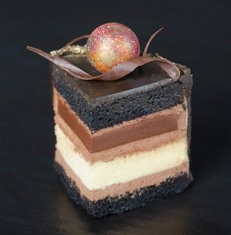 Rebanada de pastel de chocolate con rizo